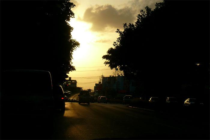 夕暮れの沖縄 道路