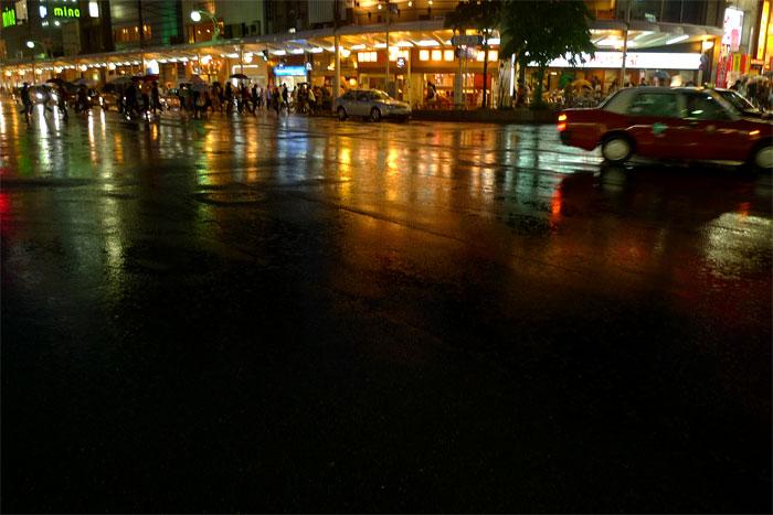 雨の日の街