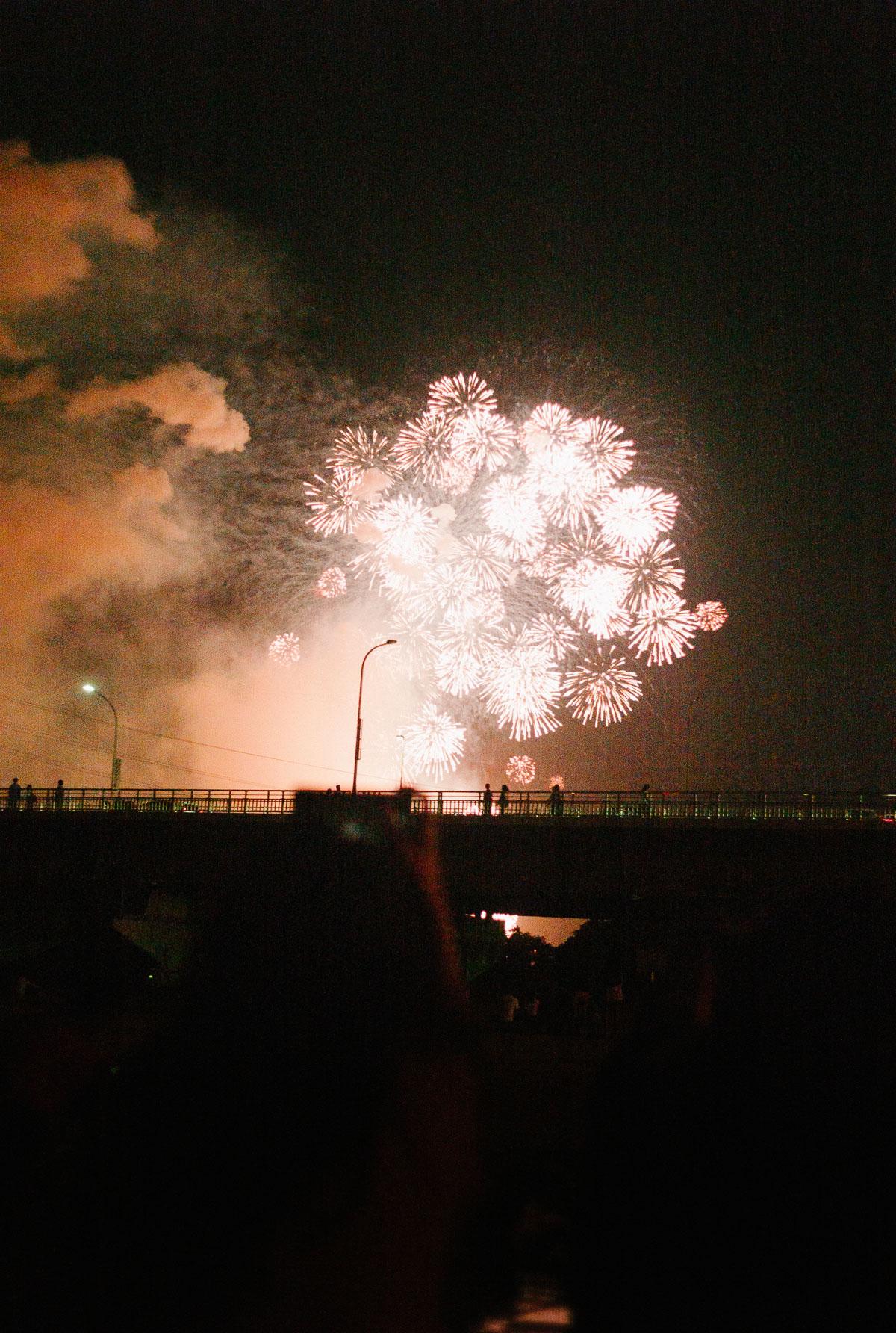 南方の河原で眺める淀川花火大会