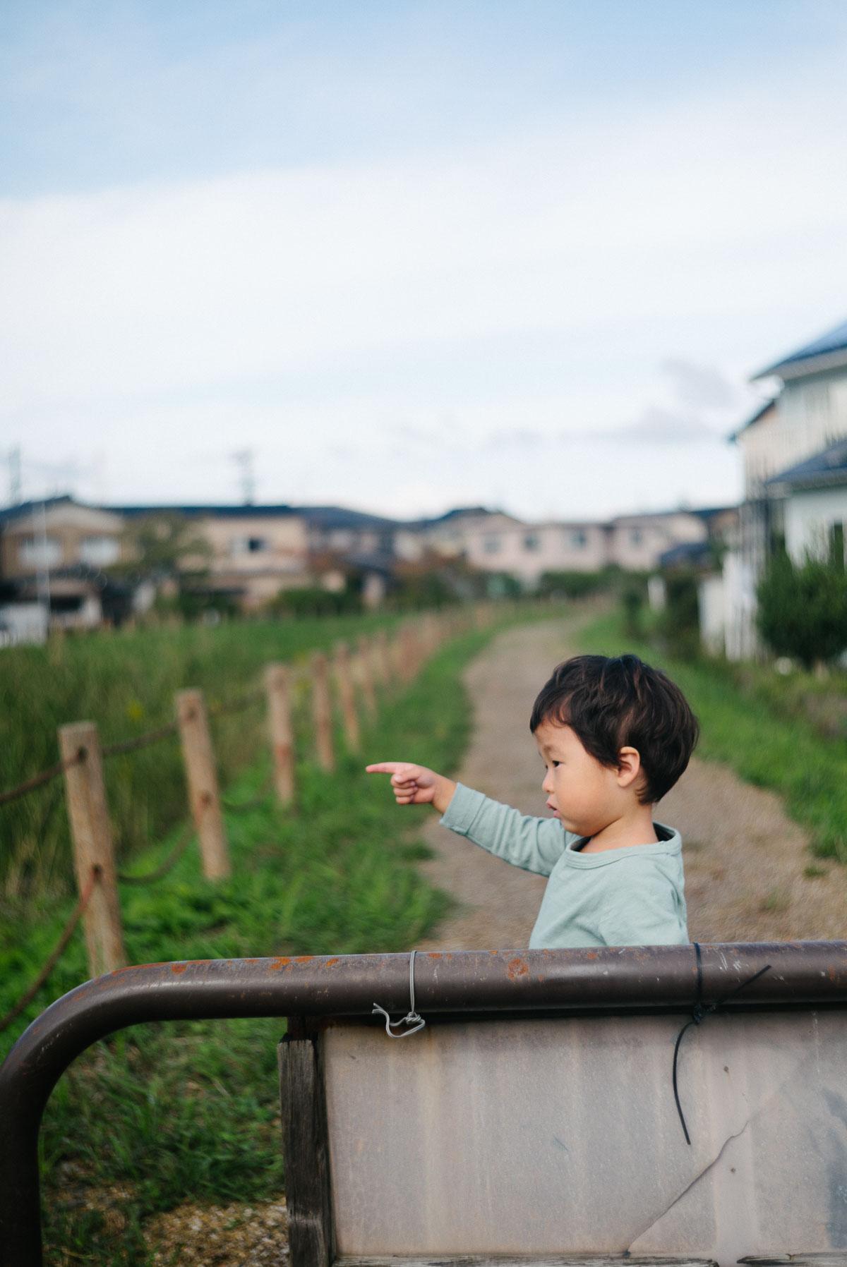 金沢で電車を眺めるタイチ