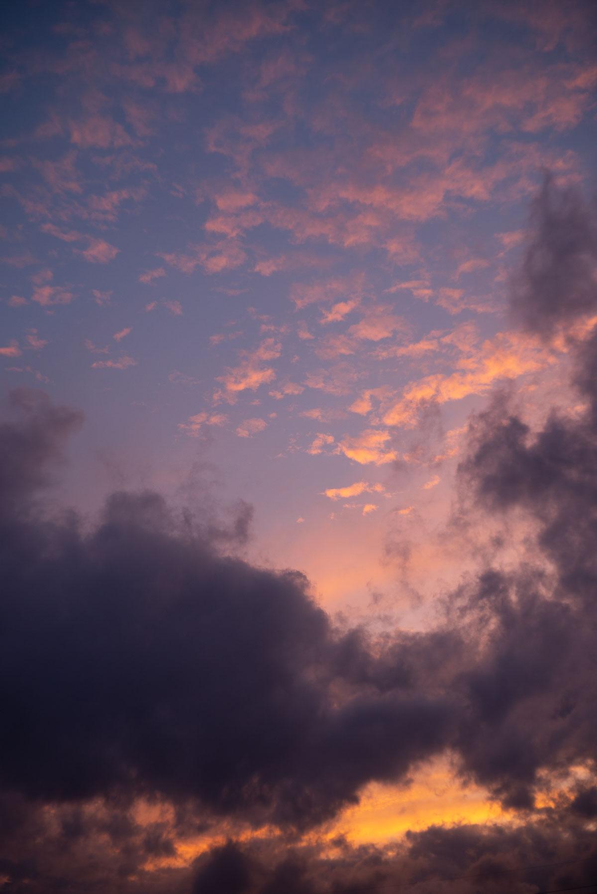 梅雨明けを願う空