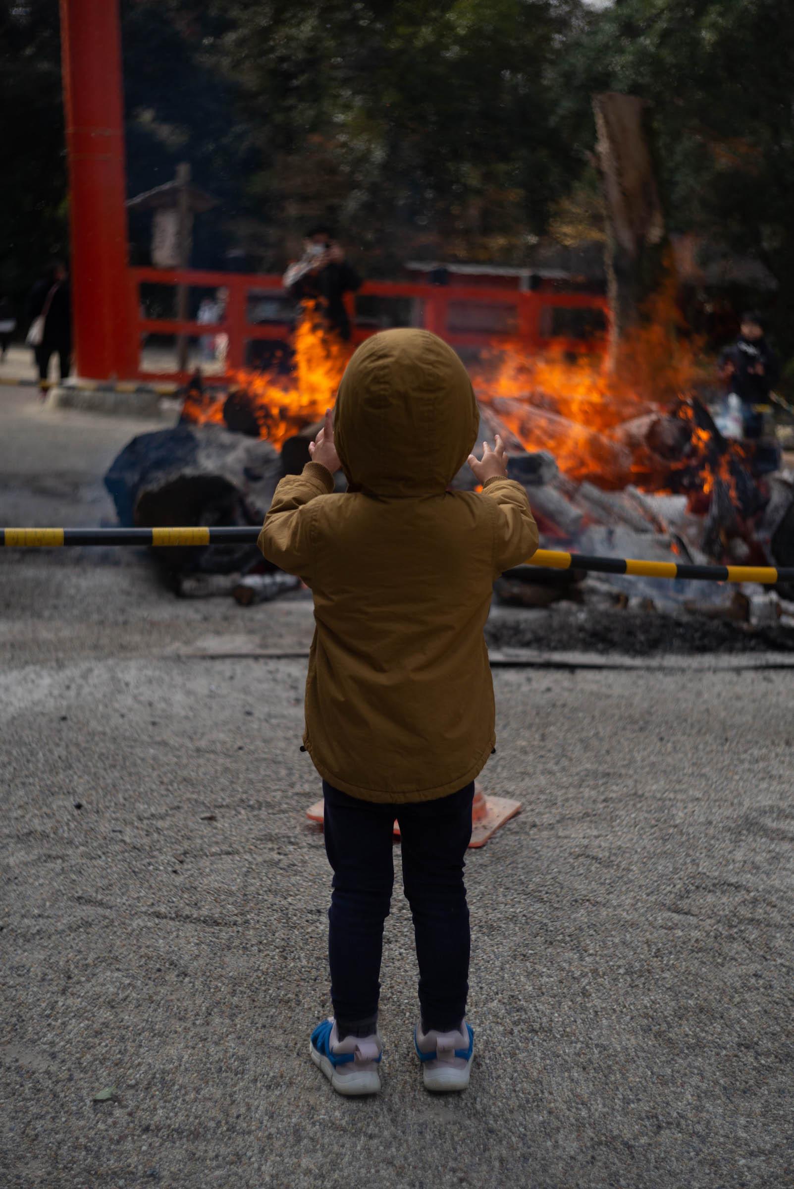 焚き火にあたるタイチ