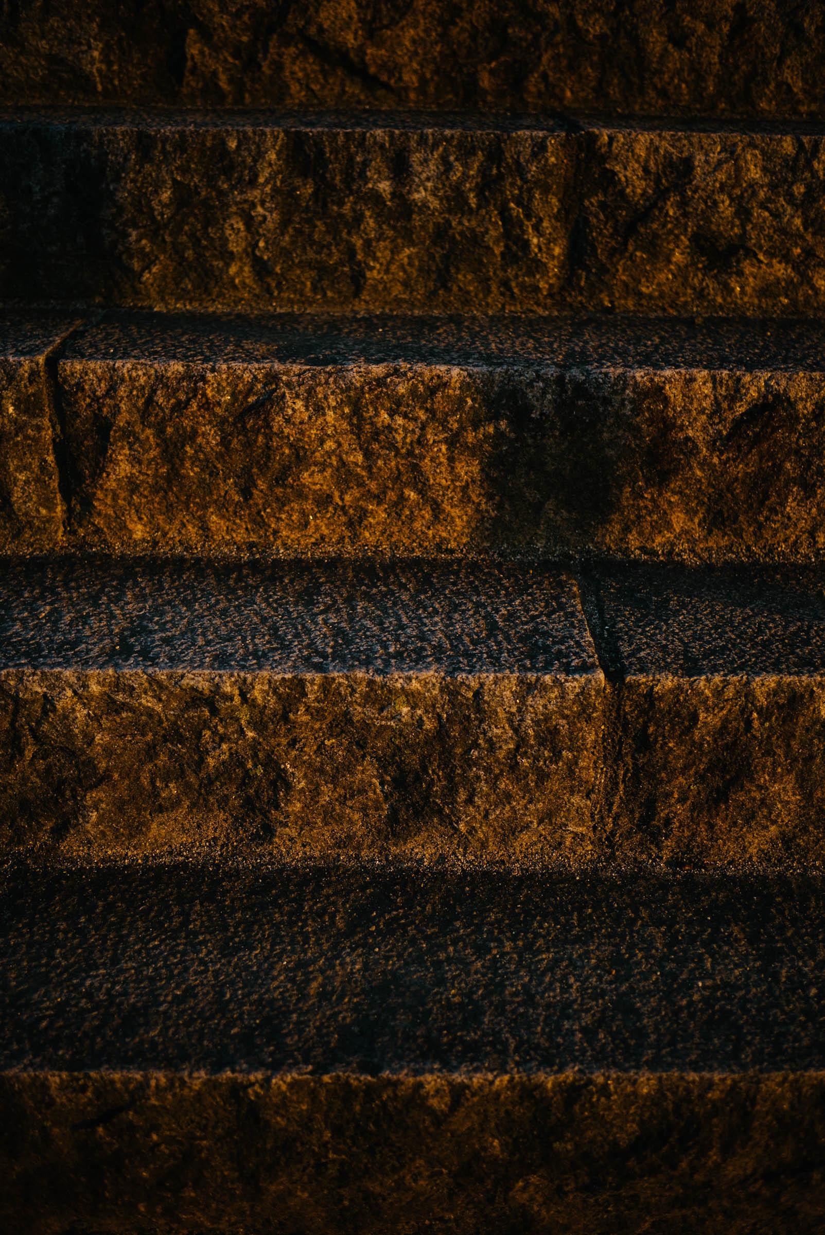 夕日を浴びた階段